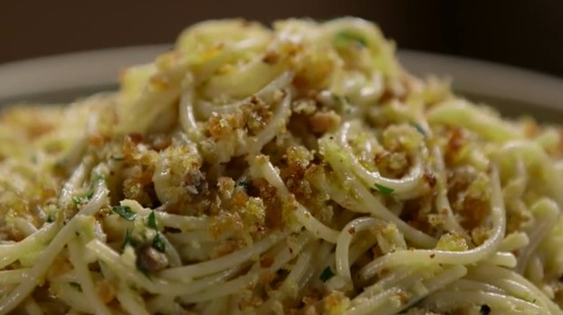 Spaghetti With Garlicky Bread Crumbs and Anchovies